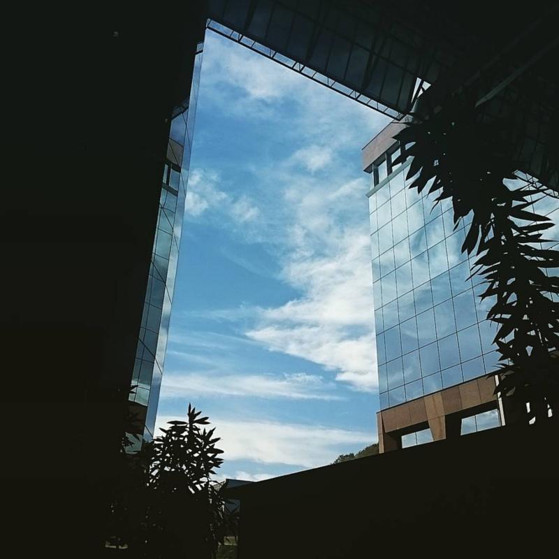 O céu azul entre prédios modernos