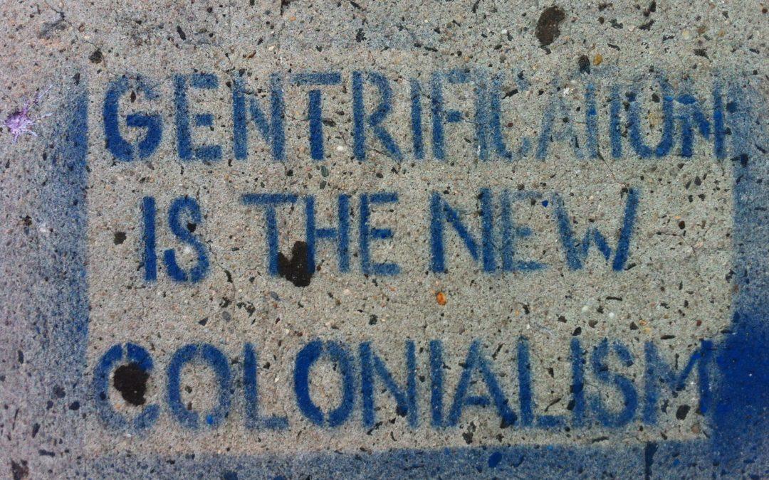 Gentrificação, cidades fantasma, colonialismo e a sociedade global