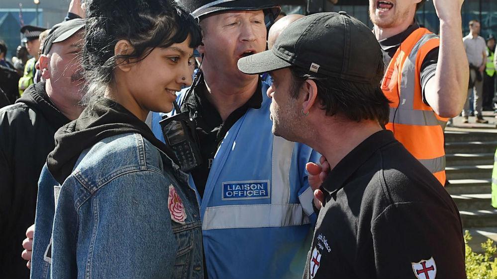 Quem é Saffiyah Khan, a mulher que enfrentou sorrindo racistas na Inglaterra