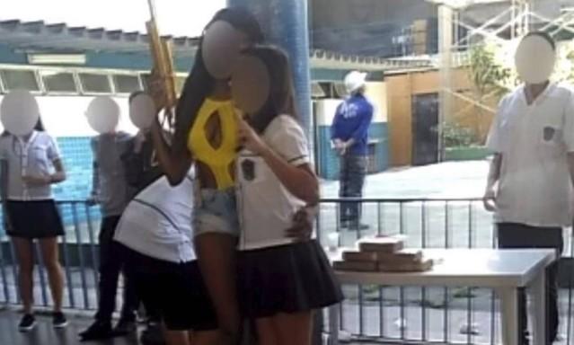 Estudantes simulam 'banca do tráfico' em exposição no Pedro II e provocam polêmica