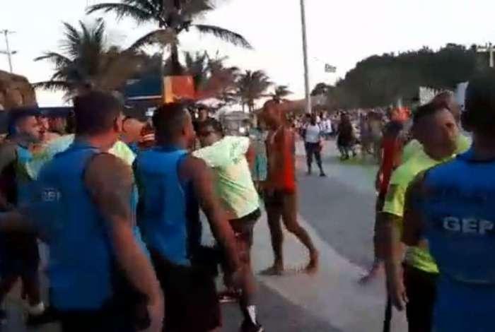 Guardas, PMs e salva-vidas se envolvem em confusão generalizada na Praia do Arpoador